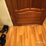 扉の隙間からスリッパを盗む猫の手がかわいい♪